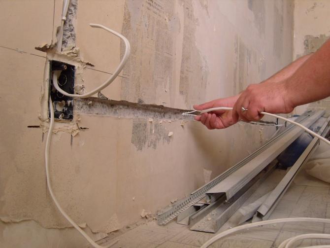 Монтаж электропроводки в штробе